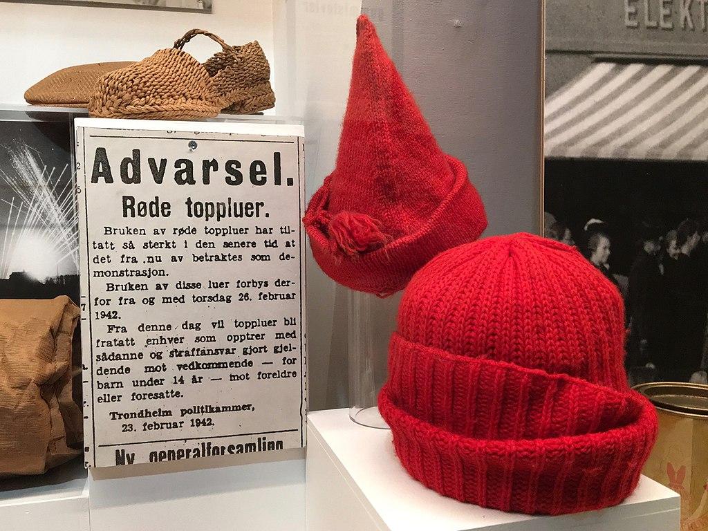 Ustilte røde toppluer på norsk forsvarsmuseum, strikking, strikkingens historie