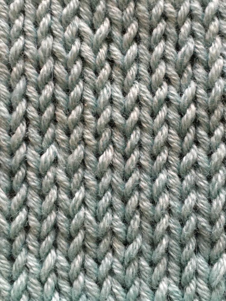 hvordan strikke glattstrikk, bilde av ett strikkestykke med glattstrikk