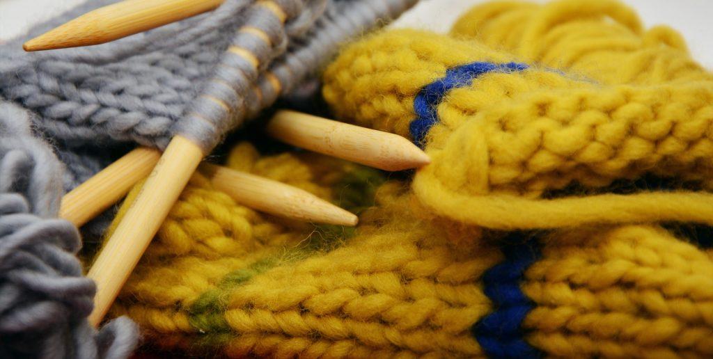 Strikkepinner forsidebildet. Illustrasjon av strikkepinner.