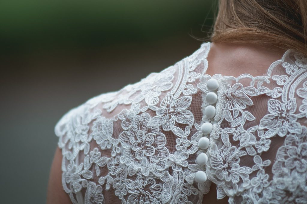 Bilde som viser noen elegante knapper på en kjole.