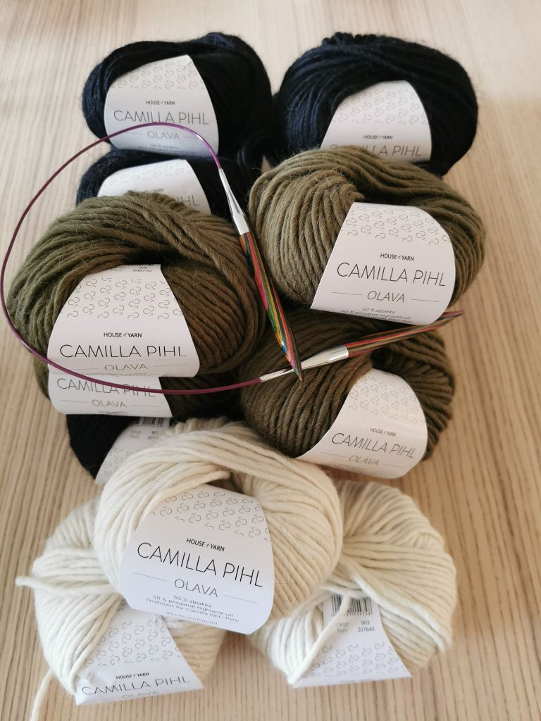 Bilde av garnnøster i hvitt olivengrønt og mørkeblått, garnnøster fra camilla pihl, camilla pihl olava